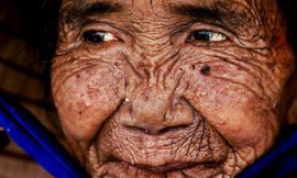 Как выглядела эта женщина в молодости? Поворачиваем время вспять при помощи фотошопа
