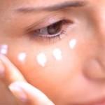 Как правильно наносить крем на область вокруг глаз