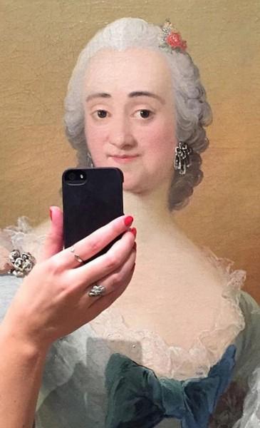 Селфи в музее: как герои картин снимают себя на телефон