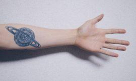 Космические татуировки разных стилей: фото