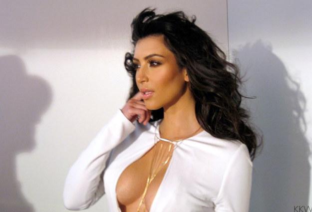 Как носить одежду с большим вырезом: секрет Ким Кардашьян