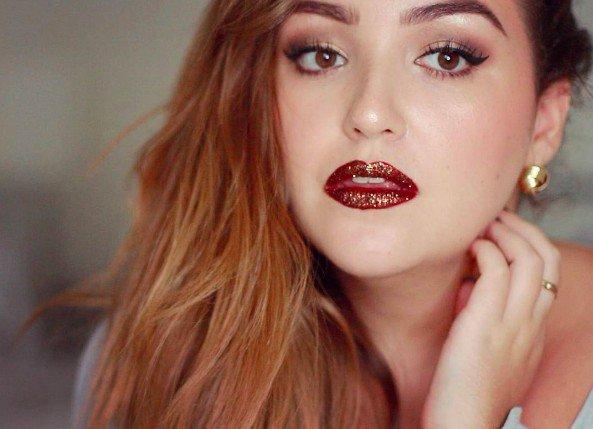 Новый тренд макияжа: губы в глиттере