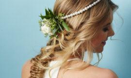 Свадебные прически с цветами: несколько свежих идей
