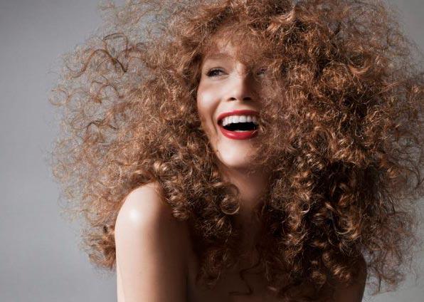 Как выпрямить волосы без утюжка и фена: лайфхак для обладательниц вьющихся волос