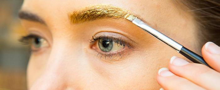 Идея новогоднего макияжа: брови в глиттере