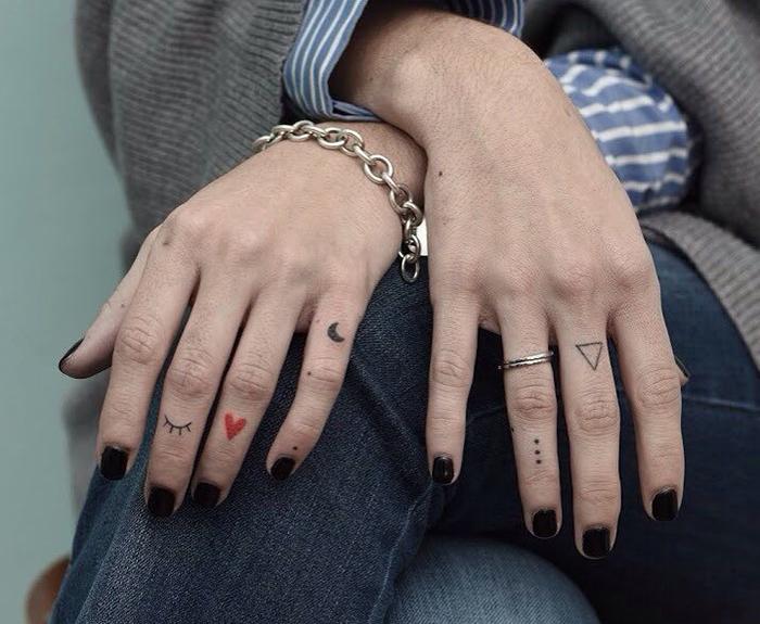 Изящные женские тату на пальцах: много идей